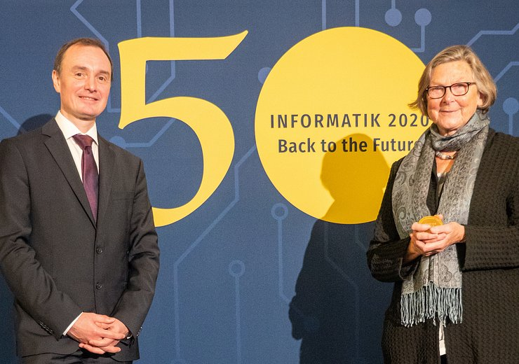 Hannes Federrath (President, Gesellschaft für Informatik) presented the award to Christiane Floyd at the society's annual conference in Berlin.